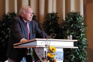Herr Prof. Dr. Walther L. Bernecker steht an einem Rednerpult und spricht