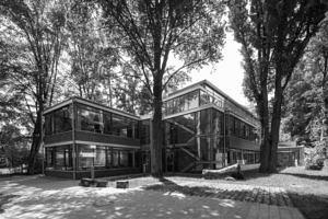 Anbau des IFA Hindenburgstraße 42 mit verglasten Klassenzimmern aufgenommen vom Hinterhof des Instituts im Frühjahr in schwarz-weiß