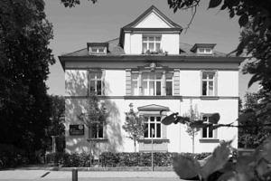Altbau in Frontansicht des IFA in der Hindenburgstraße 42 in schwarz-weiß