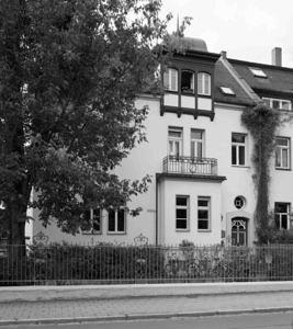 Frontansicht des IFA-Gebäudes Hindenburgstraße 49 in schwarz-weiß