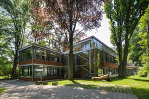 Neubau des IFA mit verglasten Klassenzimmern aufgenommen vom Hinterhof des Instituts im Frühjahr