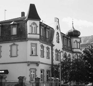 Blick auf die Ecke des IFA-Gebäudes in der Schillerstraße 3 in schwarz-weiß