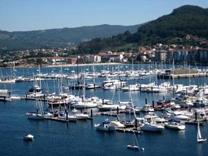 Hafen in der Sonne mit vielen kleinen, weißen Booten