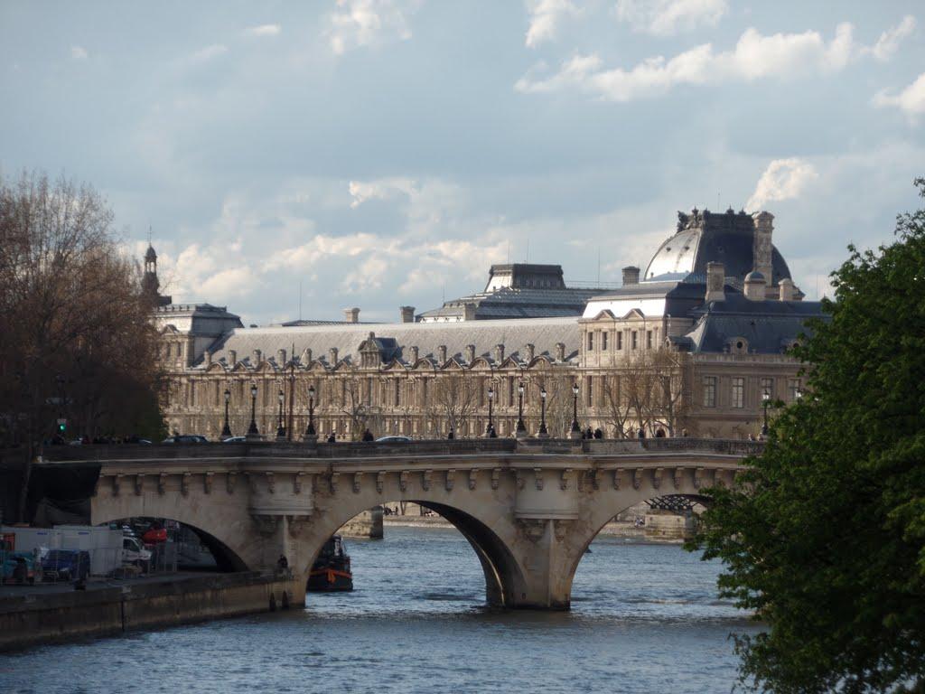 Blick auf die Pont de la Seine in Paris während die Sonne gerade einen Moment durch die Wolken bricht.