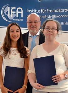 Zu sehen sind die Preisträgerinnen 2017, Viktoriya Letychevska aus der FAK und Lisa Hermann aus der BFS, zusammen mit Herrn Prof. Gossel.