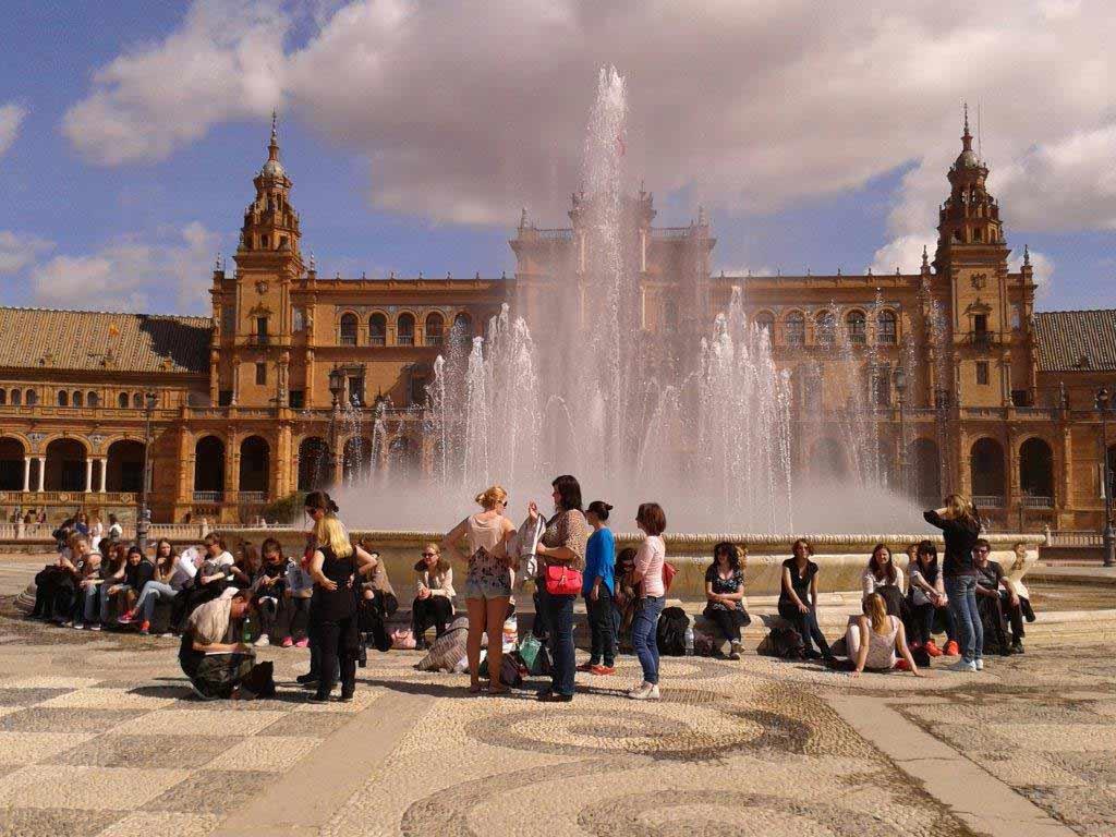 Studierende machen ein Picknick auf der Plaza de Espanya in Sevilla.