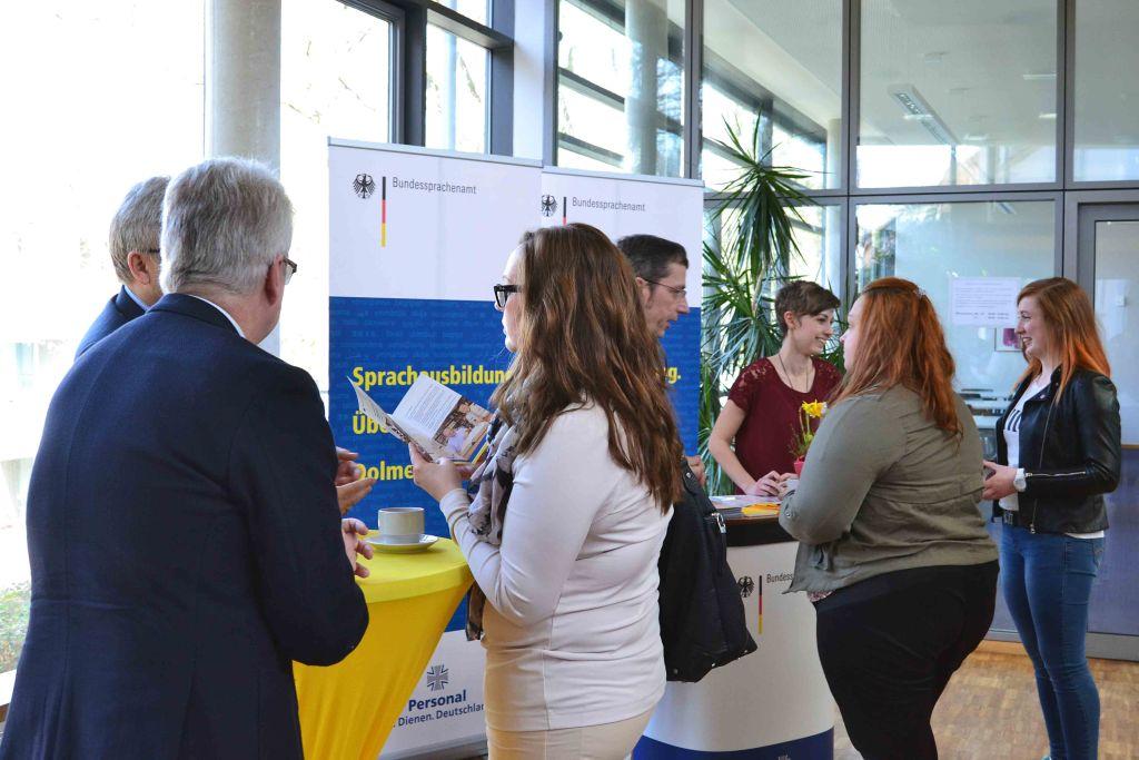 Beratungssituation am Stand des Bundessprachenamtes beim IFA Career Day 2017