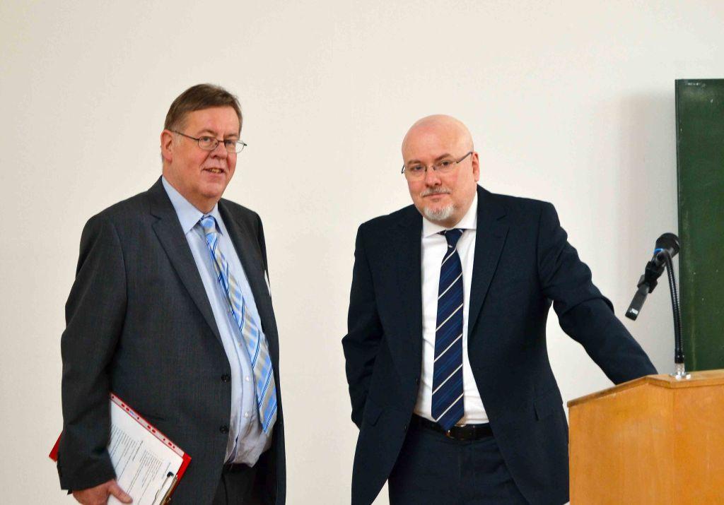Abteilungsleiter der englischen Abteilung zusammen mit dem Institutsleiter Prof. Gossel