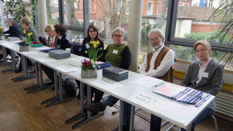 Tisch für die Anmeldung mit Lehrern und Lehrerinnen des IFA während des UK / USA Symposiums 2016