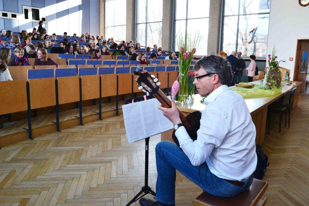 Lawrence Davies bei der Eröffnungsveranstaltung des Spanisch Symposiums 2017 an der Gitarre
