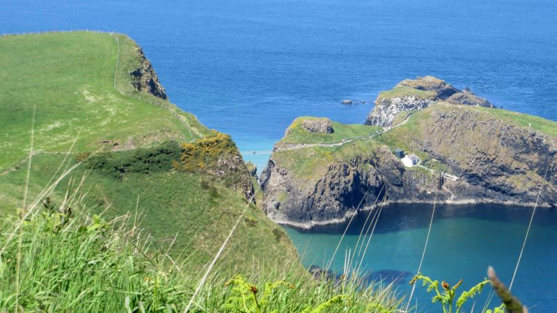 Zu sehen ist die Seilbruecke Carrick-a-Rede in Antrim, Nordirland