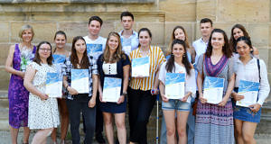 Gruppenbild mit allen Schülern, die ihren Europass erhalten haben vor einer Kirche