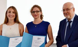Zu sehen sind die beiden Preisträgerinnen (links: Vanessa Müller, Mitte Jana Clemenz) und der Institutsleiter Prof. Dr. Daniel Gossel
