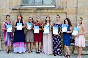 Zu sehen sind 7 Schülerinnen mit ihrem Zertifikat in der Hand