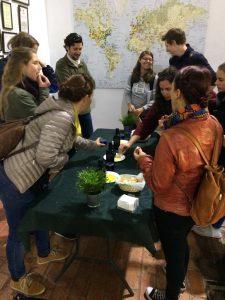Gruppe in der Olivenfabrik